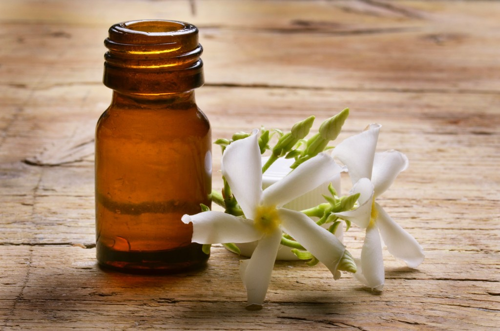 jasmin essential oil and flower